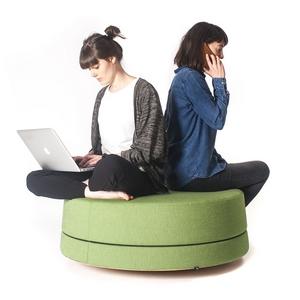 Twee meisjes zitten op de BuzziBalance. Een goede oefening voor ergonomisch relaxen en samenwerken.